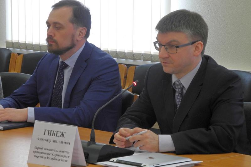 Первый зам. министра промышленности, транспорта и энергетики Александр Гибеж и генеральный директор ОАО Центр лесэкспо Тимур Иртуганов во время пресс-конференции для журналистов.